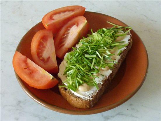 Chleba s mäkkým syrom, prírodnou horčicou, pažítkou a paradajkami